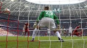 <p>But pour le Bayern Munich de Bastian Schweinsteiger (à droite) contre Mayence. Les Bavarois ont préservé leur marge de deux points en tête de la Bundesliga en l'emportant 3-1 à l'Allianz Arena lors de la troisième journée. /Photo prise le 15 septembre 2012/REUTERS/Michaela Rehle</p>