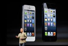 <p>Phil Schiller, le vice-président d'Apple chargé du marketing mondial, présente l'iPhone 5 à San Francisco, en Californie. La demande pour le smartphone d'Apple a dépassé les deux millions d'exemplaires dans les premières 24h du lancement, ce qui en fait le combiné le plus rapidement vendu du groupe à la pomme. /Photo prise le 12 septembre 2012/REUTERS/Beck Diefenbach</p>