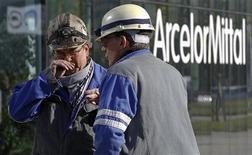 <p>ArcelorMittal a annoncé renoncer à un plan d'investissement de 138 millions d'euros pour son site de Liège, en Belgique, qui se voit ainsi menacé d'une fermeture définitive. /Photo d'archives/ REUTERS/Thierry Roge</p>