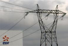 <p>Le titre EDF figure parmi les valeurs à suivre ce mardi à la Bourse de Paris, alors que l'électricien français a signé avec Areva un contrat d'approvisionnement de plus de 30.000 tonnes d'uranium naturel auprès du groupe nucléaire français. /Photo d'archives/REUTERS/Vincent Kessler</p>