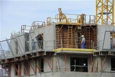<p>Les mises en chantier de logements ont poursuivi leur baisse en août en France mais les permis de construire ont confirmé le petit rebond amorcé depuis le début de l'été. /Photo d'archives/REUTERS/Philippe Wojazer</p>
