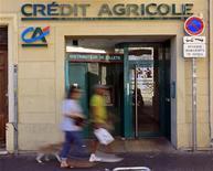 <p>Le titre Crédit agricole enregistre le plus fort recul du CAC 40 à la mi-séance (-2,61%, contre un recul de 0,41% pour l'indice parisien) et sous-performe les autres valeurs bancaires européennes, plombé par un regain d'inquiétude sur son exposition à la Grèce. /Photo d'archives/REUTERS/Jean-Paul Pélissier</p>