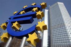 <p>Mario Draghi, le président de la Banque centrale européenne (BCE), a appelé mardi les gouvernements de la zone euro à mettre en oeuvre des réformes structurelles pour compléter les mesures de soutien prises par les autorités monétaires face à la crise de la dette dans la zone euro. /Photo d'archives/REUTERS/Kai Pfaffenbach</p>