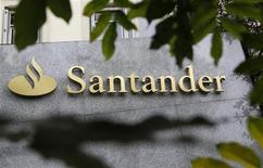<p>Banco Santander a levé plus de quatre milliards de dollars (3,2 milliards d'euros) via la cotation en Bourse de 24,9% du capital de sa filiale mexicaine, à New York et à Mexico. /Photo d'archives/ REUTERS/Andrea Comas</p>