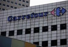 <p>Deuxième plus forte baisse (-4,57%) du CAC 40, Carrefour souffre de sa forte exposition à l'Espagne, alors que l'indice français recule de 1,99% vers 12h20. /Photo prise le 29 août 2012/REUTERS/Tim Chong</p>