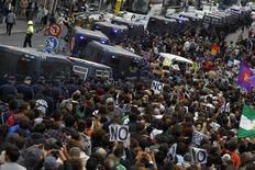 <p>Au lendemain de manifestations marquées par des violences à Madrid, le président du gouvernement espagnol Mariano Rajoy a franchi mercredi un petit pas de plus vers une demande officielle d'aide financière. /Photo prise le 25 septembre 2012/REUTERS/Susana Vera</p>