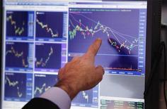 <p>L'indice EuroStoxx 50 des principales valeurs de la zone euro devrait croître de 3% lors des trois derniers mois de l'année après les mesures annoncées par les banques centrales pour soutenir la croissance et endiguer la crise, selon un sondage trimestriel mené par Reuters. /Photo d'archives/REUTERS/Lucas Jackson</p>