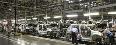 <p>Renault a revu en baisse sa prévision pour le marché automobile français et européen en 2012, reflet d'une dégradation des conditions à travers le continent. Le groupe table désormais sur un recul du marché des véhicules neufs de 7 à 8% en Europe, et une baisse à -13% pour le marché automobile français. /Photo prise le 2 août 2012/REUTERS/Rodolfo Buhrer</p>