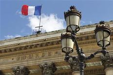 <p>La Bourse de Paris devrait encore croître de 5% d'ici fin 2012, portant à 17% son gain annuel, les mesures annoncées par les banques centrales pour endiguer la crise en zone euro et soutenir la croissance devant permettre à l'indice CAC 40 de renouer avec son niveau de fin juillet 2011. /Photo d'arhives/REUTERS/Charles Platiau</p>
