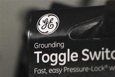 <p>General Electric a relevé jeudi sa prévision de croissance du chiffre d'affaires de ses activités industrielles cette année pour la porter à 10%, le haut de la fourchette de cinq à 10% évoquée jusqu'alors, une annonce qui a permis à l'action du groupe d'atteindre son plus haut niveau depuis 2008. /Photo prise le 18 janvier 2012/REUTERS/Shannon Stapleton</p>