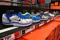 <p>Nike affiche un bénéfice trimestriel en recul et fait état de la première baisse de ses commandes depuis trois ans en Chine, l'un des moteurs de sa croissance ces dernières années. /Photo prise le 20 mars 2012/REUTERS/Mike Blake</p>
