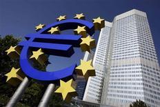 <p>Les valeurs bancaires alimentent la hausse du CAC 40, en hausse de 0,84% à la mi-séance, au lendemain des déclarations jugées rassurantes de Mario Draghi sur la capacité de BCE à contenir la crise de la dette de la zone euro. /Photo d'archives/REUTERS/Alex Grimm</p>