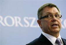 <p>Le ministre hongrois de l'Economie Gyorgy Matolcsy. La Hongrie a abandonné vendredi un projet de taxation des transactions financières de sa banque centrale, levant ainsi un obstacle clé à la reprise des négociations avec le Fonds monétaire international (FMI) et l'Union européenne au sujet d'une aide. /Photo prise le 9 mai 2012/REUTERS/Bernadett Szabo</p>