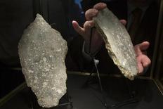 <p>Un morceau de pierre lunaire, présenté par la société d'enchères Heritage Auctions, à New York. Des météorites venues de Mars, et le plus gros morceau de sol lunaire jamais vendu, ont été mis aux enchères dimanche et ont rapporté plus d'un million de dollars (800.000 euros). /Photo prise le 12 octobre 2012/REUTERS/Andrew Kelly</p>