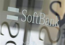 <p>Softbank, troisième opérateur de téléphonie mobile au Japon, prévoit d'annoncer la prise de contrôle de son concurrent américain Sprint Nextel, numéro trois aux Etats-Unis, ce qui serait la plus importante acquisition par une entreprise japonaise jamais réalisée à l'étranger. /Photo prise le 15 octobre 2012/REUTERS/Yuriko Nakao</p>