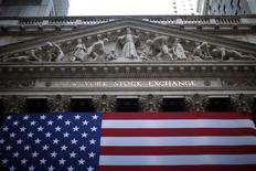 <p>Wall Street a ouvert en hausse lundi, aidée par les bons résultats intrinsèques de Citigroup et la statistique meilleure que prévu des ventes au détail aux Etats-Unis en septembre. Dans les premiers échanges, le Dow Jones progresse de 0,25%. Le Standard & Poor's 500 reprend 0,32% et le Nasdaq s'octroie 0,42%. /Photo d'archives/REUTERS/Eric Thayer</p>