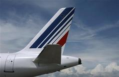 <p>Air France va scinder en trois branches son activité de transport de passagers, une réorganisation qui intervient dans le cadre d'un plan de restructuration plus vaste prévoyant la suppression de 5.122 emplois d'ici la fin 2014. /Photo d'archives/REUTERS/Eric Gaillard</p>