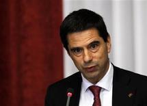 <p>Vitor Gaspar, le ministre des Finances portugais a souligné que les hausses d'impôts constituaient la seule façon d'atteindre l'objectif de réduction du déficit budgétaire à 4,5% du PIB, prévu dans le cadre du plan de renflouement. /Photo prise le 15 octobre 2012/REUTERS/Hugo Correia</p>