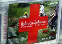 <p>Le géant américain de la pharmacie et de la santé Johnson & Johnson a publié pour le troisième trimestre un chiffre d'affaires de 17,1 milliards de dollars contre 16,98 milliards attendu. /Photo d'archives/REUTERS/Rick Wilking</p>