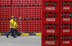 <p>Coca-Cola, leader mondial des boissons non alcoolisées, a publié mardi un bénéfice par action (BPA) et un chiffre d'affaires du troisième trimestre 2012 très légèrement inférieurs au consensus de marché. /Photo d'archives/REUTERS/Beawiharta</p>