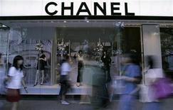 <p>La maison Chanel a racheté le fabricant écossais d'articles en maille de cachemire Barrie Knitwear, filiale du groupe Dawson International placé en redressement judiciaire depuis août 2012. /Photo d'archives/REUTERS/Jacinta Goh</p>