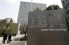 <p>IBM a dégagé au troisième trimestre un chiffre d'affaires de 24,7 milliards de dollars et un bénéfice net de 3,9 milliards, la demande de services et une gestion serrée des coûts ayant compensé les effets d'un dollar fort. /Photo d'archives/REUTERS/Toru Hanai</p>