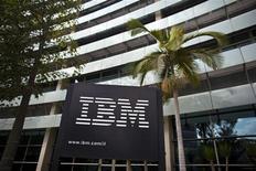 <p>IBM a raté le consensus pour son chiffre d'affaires du troisième trimestre et l'a tout juste battu pour son bénéfice par action, sa clientèle freinant ses investissements tandis qu'un dollar fort a produit un effet de change défavorable. /Photo d'archives/REUTERS/Nir Elias</p>