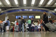 <p>Aéroports de Paris projette d'unifier les deux terminaux d'Orly en 2018 et de construire une nouvelle salle d'embarquement afin de faire face à la hausse du trafic international de cet aéroport situé au sud de Paris. /Photo d'archives/REUTERS/Benoît Tessier</p>
