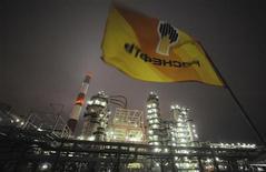 <p>Le directeur général du groupe public russe Rosneft était à Londres mercredi pour des discussions avec BP après avoir conclu un accord de cession des parts d'AAR, le consortium formé par les quatre milliardaires russes qui détiennent la moitié du capital de la compagnie pétrolière TNK-BP. Le projet d'accord, conclu mardi soir à Moscou, devrait permettre au groupe britannique BP, entré au capital de TNK-BP en 2003, de nouer une alliance stratégique avec Rosneft dans l'exploration. /Photo d'archives/REUTERS/Nikolay Korchekov</p>