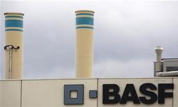 <p>BASF, numéro un mondial de la chimie par le chiffre d'affaires, confirme jeudi prévoir une hausse de son bénéfice d'exploitation cette année, grâce à la croissance de ses activités pétrolières et de pesticides qui compensent la baisse des ventes de sa principale division, la chimie. /Photo d'archives/REUTERS/Christian Hartmann</p>
