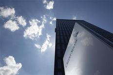 <p>Credit Suisse veut dégager un milliard de francs suisses (827 millions d'euros) d'économies supplémentaires sur les trois prochaines années après la baisse de plus de moitié de son bénéfice net au troisième trimestre. /Photo d'archives/REUTERS/Christian Hartmann</p>