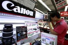 <p>Canon annonce jeudi un bénéfice trimestriel plus faible qu'attendu sous l'effet du ralentissement économique et du boycott chinois des produits japonais lié au conflit territorial entre les deux pays. /Photo prise le 23 octobre 2012/REUTERS/Yuriko Nakao</p>