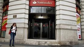 <p>Santander, dont les provisions sur actifs toxiques immobiliers ont avalé la quasi-totalité de ses profits du troisième trimestre, a appelé jeudi Madrid à demander un plan d'aide internationale pour faire baisser les coûts de financement. /Photo prise le 25 octobre 2012/REUTERS/Sergio Perez</p>