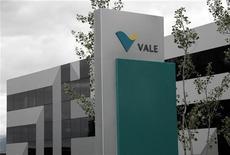 <p>Le brésilien Vale, deuxième groupe minier mondial, qui a vu son bénéfice net chuter de 66% au troisième trimestre, envisage de céder des actifs peu performants dans le cadre d'un vaste plan de contrôle des coûts et d'amélioration de sa rentabilité. /Photo prise le 4 juin 2012/REUTERS/Denis Balibouse</p>