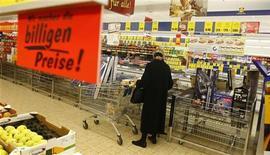<p>La confiance du consommateur allemand devrait s'améliorer pour le deuxième mois de suite en novembre, selon l'institut GfK. /Photo d'archives/REUTERS/Fabrizio Bensch</p>