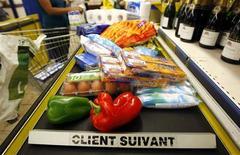<p>La confiance des ménages a de nouveau reculé en octobre en France, l'indice baissant d'un point par rapport à septembre et de deux points par rapport à août pour se retrouver à son niveau le plus bas depuis février. /Photo d'archives/REUTERS/Eric Gaillard</p>