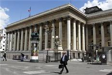 <p>Les principales Bourses européennes ont ouvert en baisse vendredi, alourdies par une nouvelle série de résultats et perspectives moroses dans une zone euro en crise, où la demande est en panne sur un large éventail de secteurs, allant de l'automobile aux matériaux de construction. À Paris, l'indice CAC 40 recule de 0,54% vers 7h45 GMT. À Francfort, le Dax cède 0,4% et à Londres, le FTSE recule de 0,48%. L'indice paneuropéen Eurostoxx 50 abandonne lui 0,63%. /Photo d'archives/REUTERS/Charles Platiau</p>