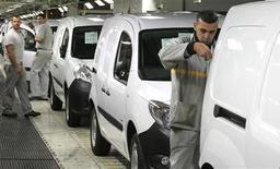 <p>Le site Renault de Maubeuge, dans le Nord, qui fonctionne avec un effectif réduit pour faire face à un ralentissement des ventes de la camionnette Kangoo. Alors que la demande continue de chuter en Europe, des arrêts de production sont prévus en novembre dans plusieurs usines automobiles en France, y compris pour la première fois de l'année chez Toyota à Valenciennes. /Photo prise le 8 octobre 2012/REUTERS/Pascal Rossignol</p>