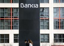 <p>Le groupe Bankia affiche une perte de 7,05 milliards d'euros sur les neuf premiers mois de l'année après avoir provisionné 11,485 milliards d'euros pour couvrir des pertes sur des actifs immobiliers. /Photo prise le 26 octobre 2012/REUTERS/Sergio Perez</p>