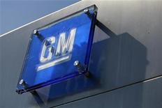 <p>Foto de archivo del logo de General Motors a las afueras de su casa matriz en Detroit, ago 25 2009. General Motors reportó el miércoles una ganancia trimestral mucho mejor a la esperada gracias a mayores ventas, principalmente en Estados Unidos, y dijo que buscaba una mejoría de sus deficitarias operaciones en Europa para la mitad de esta década. REUTERS/Jeff Kowalsky/Files</p>