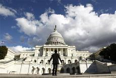 """<p>Le Capitole, siège du Congrès américain, à Washington. La perspective de hausses d'impôts et de réductions de dépenses aux Etats-Unis constitue la principale menace à court terme pour l'économie mondiale, estiment les grands argentiers du G20 en appelant de leur voeu un accord rapide pour échapper à ce scénario de """"mur budgétaire"""". /Photo d'archives/REUTERS/Kevin Lamarque</p>"""