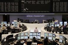<p>La Bourse de Francfort, où le Dax perdait 0,49% à la mi-séance. Les Bourses européennes restent orientées à la baisse à la mi-journée, à la veille d'un scrutin présidentiel qui s'annonce plus que jamais serré aux Etats-Unis, le CAC 40 cédant 0,89% et l'Eurofirst 300 abandonnant 0,86%. /Photo prise le 5 novembre 2012/REUTERS/Remote/Marthe Kiessling</p>