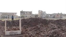 <p>Imagen de archivo de un grupo de residentes cerca de un edificio y un cementerio dañados tras el ataque de un jet de la Fuerza Aérea Siria en Taftanaz, nov 4 2012. La explosión de un coche bomba causó la muerte el lunes de al menos 50 miembros de las fuerzas de seguridad sirias y hombres leales al presidente Bashar al-Assad, según un grupo de oposición, en lo que sería uno de los ataques más sangrientos contra las tropas del Gobierno. REUTERS/Abu Qais al-Taftanazi/Shaam News Network/Handout Imagen para uso no comercial, ni ventas, ni archivos. Solo para uso editorial. No para su venta en marketing o campañas publicitarias. Esta imagen fue entregada por un tercero y es distribuida, exactamente como fue recibida por Reuters, como un servicio para clientes.</p>