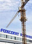 """<p>Foto de archivo de una grúa en el edificio de Foxconn en Chengdu, China, jul 4 2012. Las acciones del gigante de electrónica Foxconn International Holdings (FIH), la empresa contratista de ensamble de teléfonos móviles, subieron hasta un 35 por ciento después de que Citigroup cambiara la recomendación a """"comprar"""" y dijera que preveía que la empresa comenzará a ensamblar iPhones este año. REUTERS/Stringer</p>"""