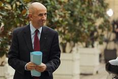 """<p>Louis Gallois propose de procéder en un ou deux ans maximum au """"choc de compétitivité"""" de 30 milliards d'euros qu'il suggère dans un rapport remis lundi à Jean-Marc Ayrault. /Photo prise le 5 novembre 2012/REUTERS/Philippe Wojazer</p>"""