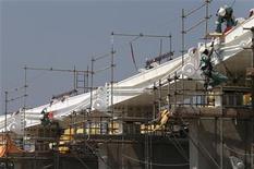 <p>Imagen de archivo de un grupo de obreros en las obras de renovación del estadio Maracana en Río de Janeiro, Brasil, oct 30 2012. El desempleo en América Latina y el Caribe bajaría al 6,4 por ciento en el 2012, pese a la desaceleración que experimenta la economía regional, dijo el lunes un informe de la Comisión Económica para América Latina y el Caribe (CEPAL) y la Organización Internacional del Trabajo (OIT). REUTERS/Sergio Moraes</p>