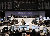 <p>Les Bourses européennes restent orientées à la hausse à mi-séance mardi, mais l'activité est anémique dans l'attente des premiers résultats de l'élection présidentielle américaine. A 11h00 GMT, le Dax-30 gagne 0,56% à Francfort et le FTSE-100 0,47% à Londres. À Paris, le CAC 40 avance de 0,60% à 3.469,29./Photo prise le 6 novembre 2012/REUTERS/Remote/Marthe Kiessling</p>