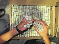 <p>Dólares en efectivo en una image del Servicio de Administración Tributaria de México, jun 17 2011. México ha construido barreras legales para cerrarle el paso al dinero del narcotráfico, pero a pesar de los sofisticados controles financieros miles de millones de dólares se siguen colando por la puerta grande: el comercio con Estados Unidos. REUTERS/Handout/ Servicio de Administración Tributaria de México, o SAT. Imagen para uso no comercial, ni ventas, ni archivos. Solo para uso editorial. No para su venta en marketing o campañas publicitarias. Esta imagen fue entregada por un tercero y es distribuida, exactamente como fue recibida por Reuters, como un servicio para clientes.</p>