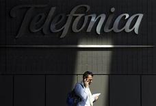 <p>La croissance du chiffre d'affaires des activités sans fil de Telefonica Deutschland a souffert d'un environnement économique difficile en Allemagne, faisant reculer mardi le titre de près de 1%, une semaine après son introduction en Bourse. /Photo d'archives/REUTERS/Susana Vera</p>
