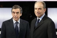"""<p>Jean-François Copé (à droite) et François Fillon, sur le plateau TV de """"Des Paroles et des Actes"""". L'ancien Premier ministre dit avoir pour """"inquiétude"""" une droitisation de l'UMP en cas d'élection de son rival et secrétaire général de l'UMP à la tête du principal parti de droite français. /Photo prise le 25 octobre 2012/REUTERS/Philippe Wojazer</p>"""